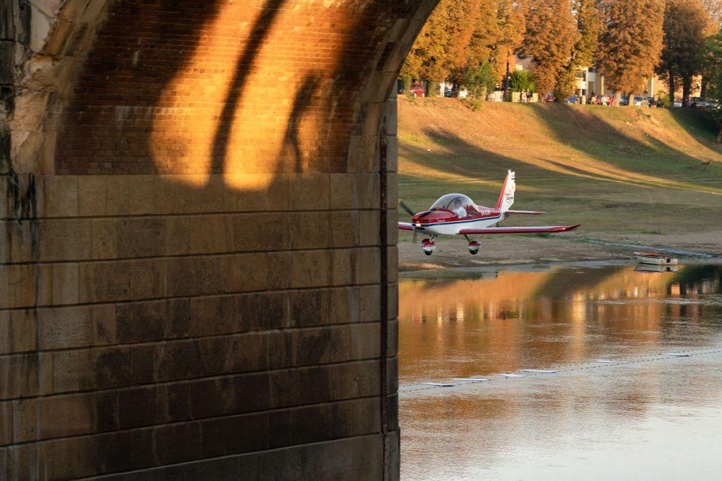 Aeroshow u Sisku: Pilot iz Jaske proletio je zrakoplovom ispod sisačkog zidanog mosta